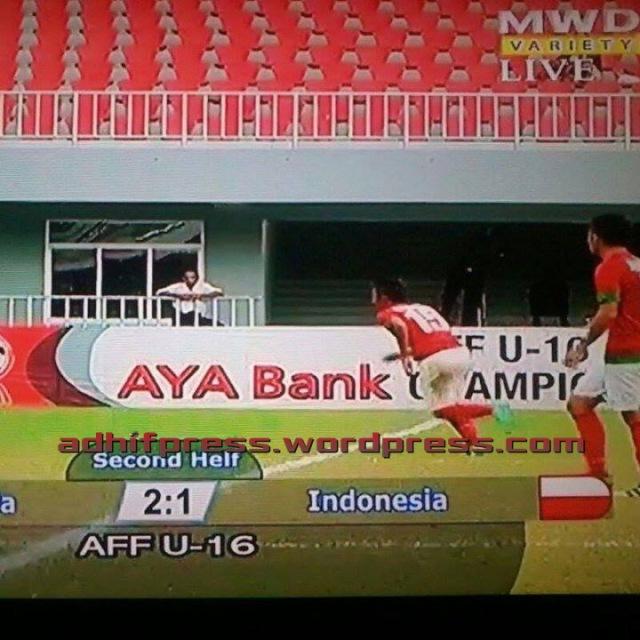 Bendera Indonesia terbalik di layar TV MWD Variety. (Djie)