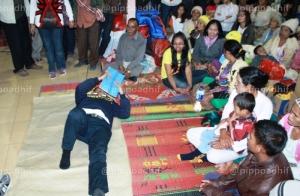 Dahlan Iskan berbaring diantara para pengungsi Gunung Sinabung. (AdhifPress)